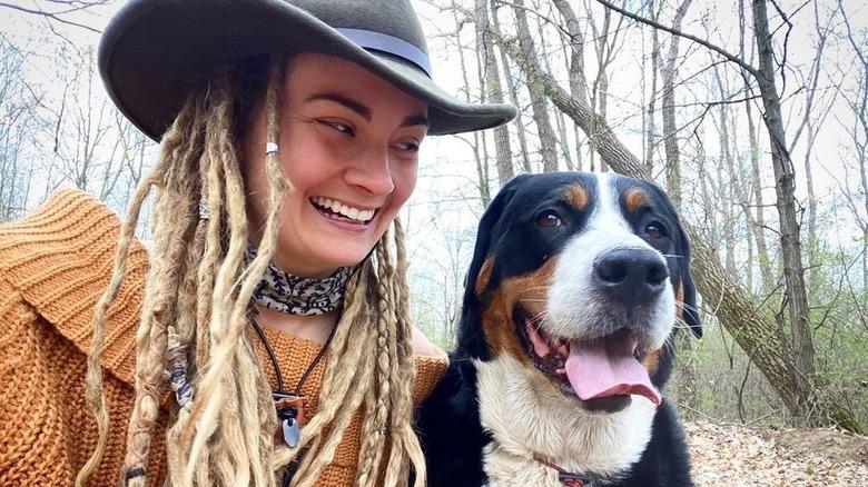 Naken og redd er Dani Beau smilende med hund