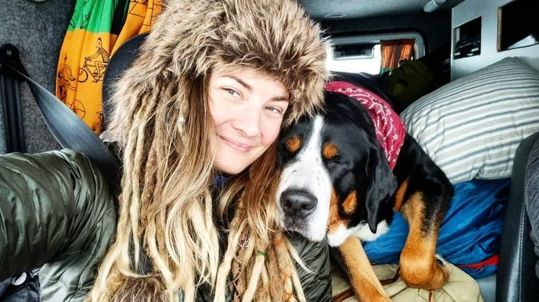 Naken og redd Dani Beau -selfie med hund