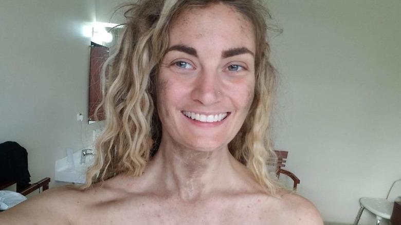 Naken og redd er Dani Beau smilende selfie