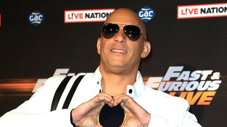 Vin Diesel iført solbriller og lager et hjerte med hendene