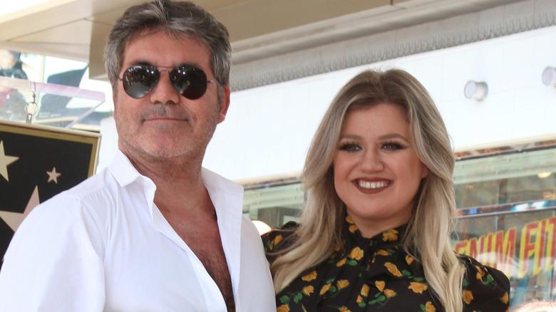 Simon Cowell og Kelly Clarkson poserer