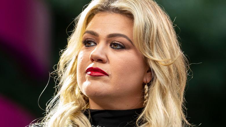 Kelly Clarkson vender mot venstre