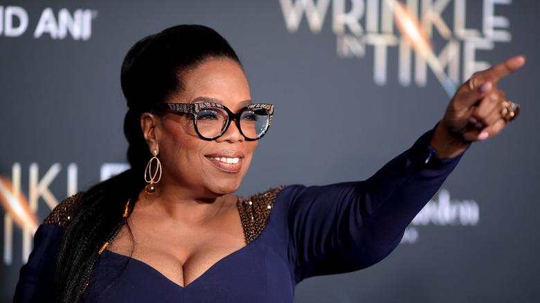 Oprah Winfrey peker og smiler