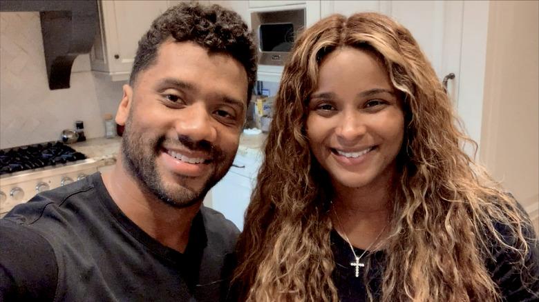 Russell Wilson og Ciara smiler