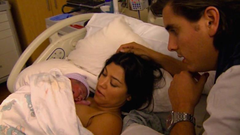 Kourtney Kardashian holder nyfødt med Scott Disick