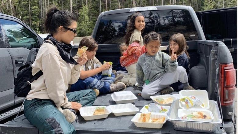 Kourtney Kardashian spiser i en lastebil med barna sine