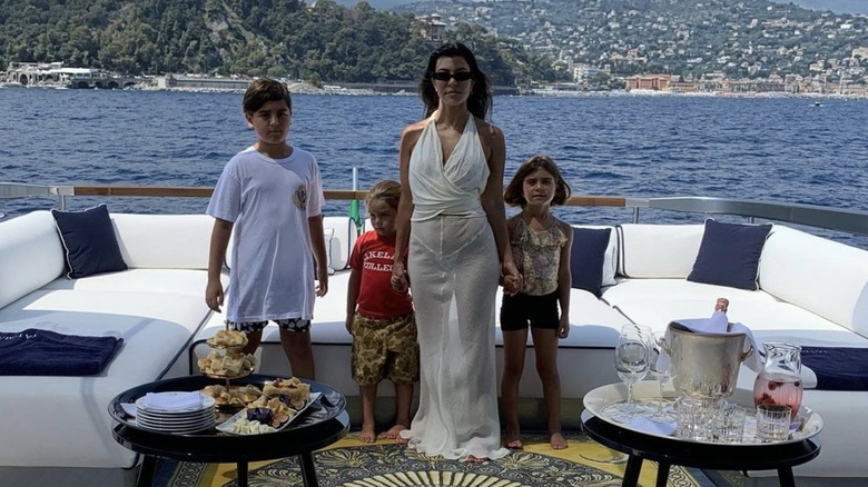 Mason Disick, Reign Disick, Kourtney Kardashian og Penelope Disick ved havet