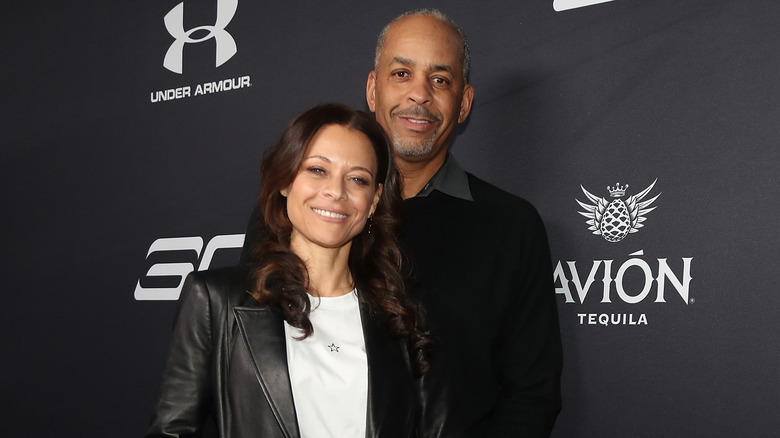 Sonya Curry og Dell Curry deltar på en NBA All-Star Afterparty