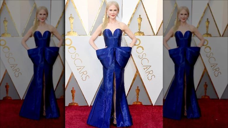 Nicole Kidman poserer i en blå kjole