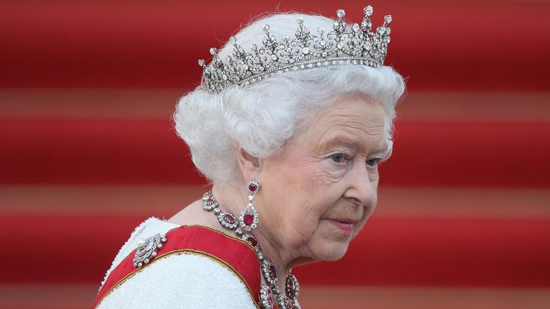 Dronning Elizabeth iført kongelige juveler