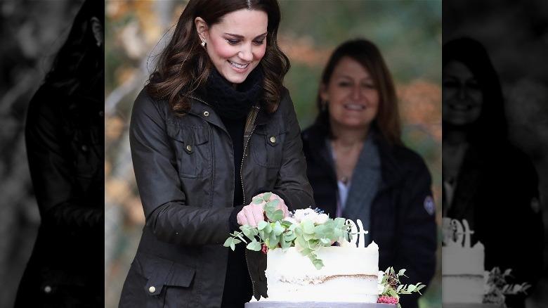 Kate Middleton skjærer kake