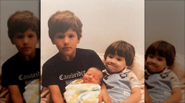 Jared Padalecki ved siden av broren, som holder sin nyfødte søster