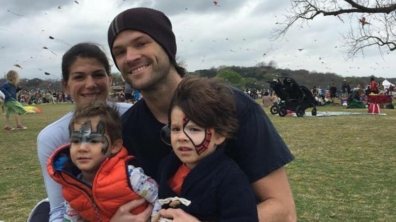 Jared Padalecki med sin kone og små sønner i 2016