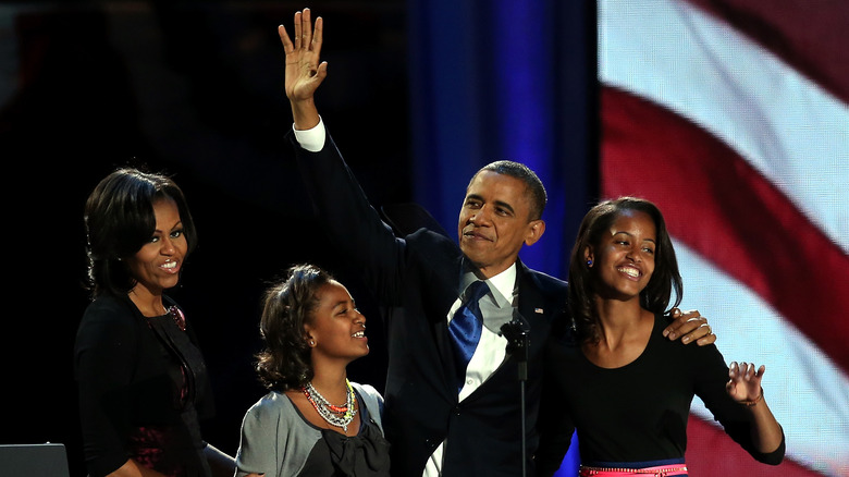 Barack Obama og familien hans poserer for bilder