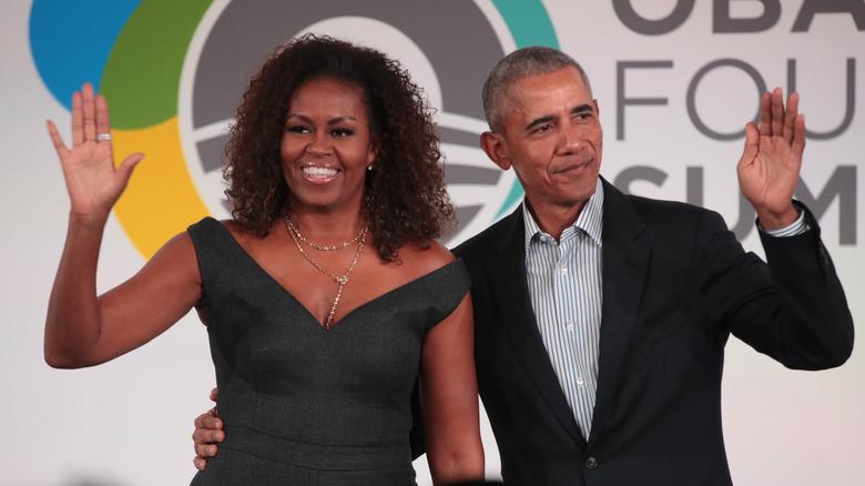 Barack og Michelle Obama vinker begge