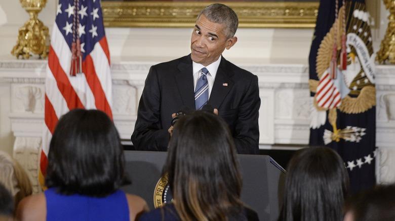 Barack Obama så på døtrene sine på et arrangement