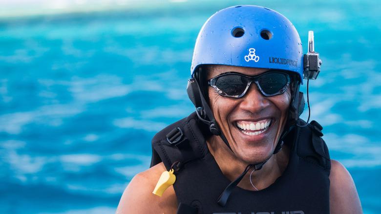 Barack Obama smilende mens han kitesurfer