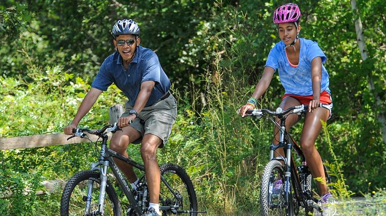 Barack Obama sykler med familien