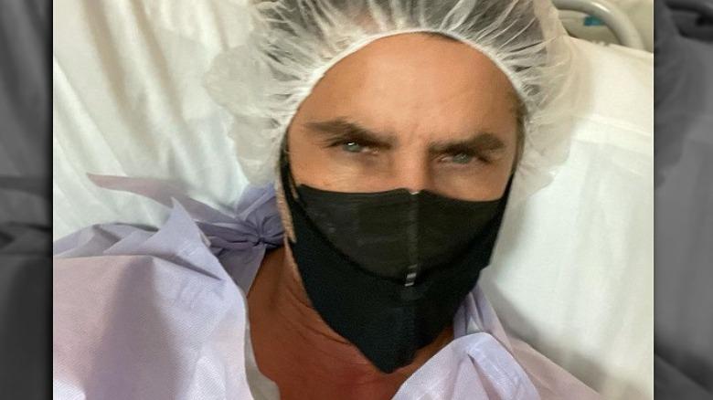 John Stamos stiller fra sykehussengen etter operasjonen august 2021