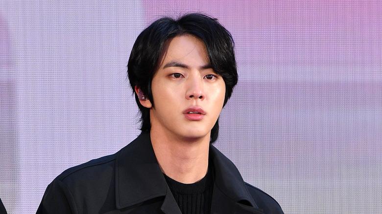 Jin fra BTS ser alvorlig ut