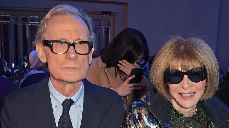 Bill Nighy og Anna Wintour smiler på et arrangement