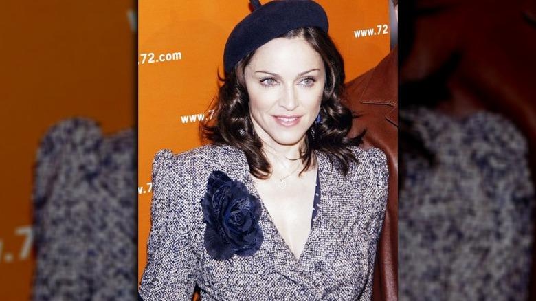 Madonna i basker og tweeddrakt