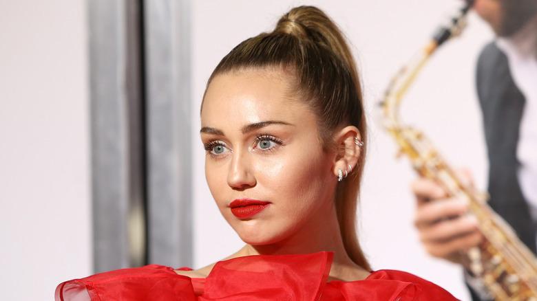 Miley Cyrus iført rødt