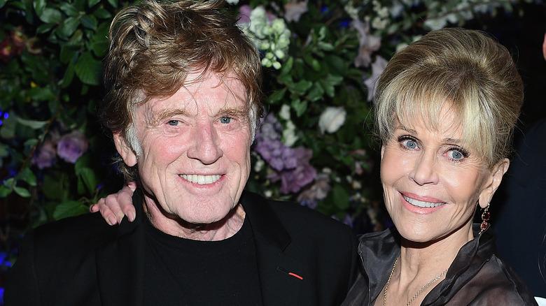 Jane Fonda med hånden på Robert Redfords skulder 2017.
