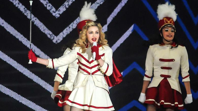 Madonna opptrer på scenen