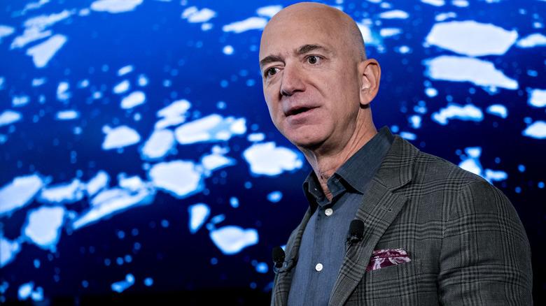 Jeff Bezos snakker