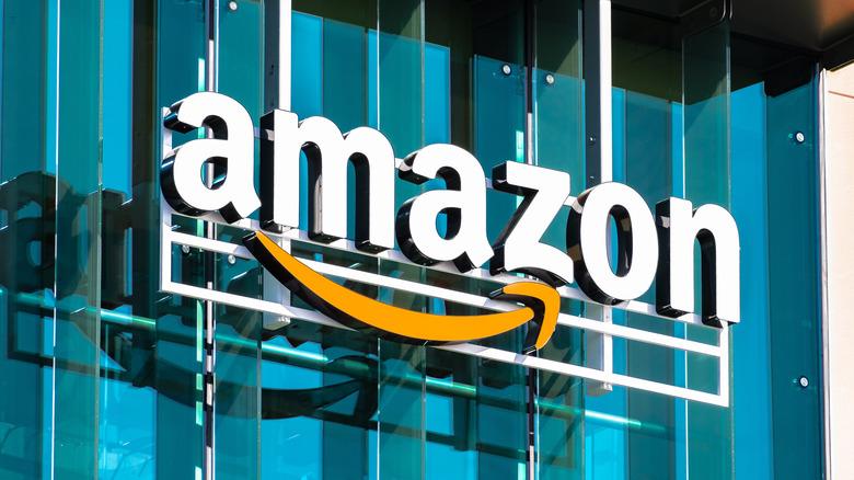 Et Amazon -skilt på en bygning