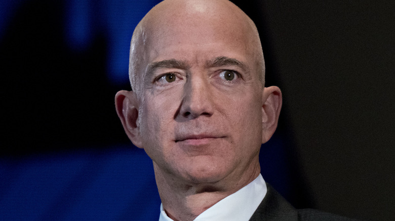 Jeff Bezos ser på