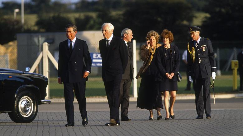 Prins Charles, Lady Sarah McCorquiodale og søsteren Lady Jane Fellows blir fotografert på RAF Northolt flyplass