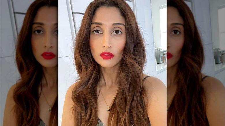 Anisha, rød leppestift -selfie, smiler ikke