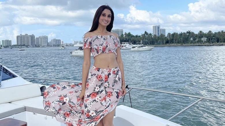 Anisha Ramakrishna, smilende, på en båt
