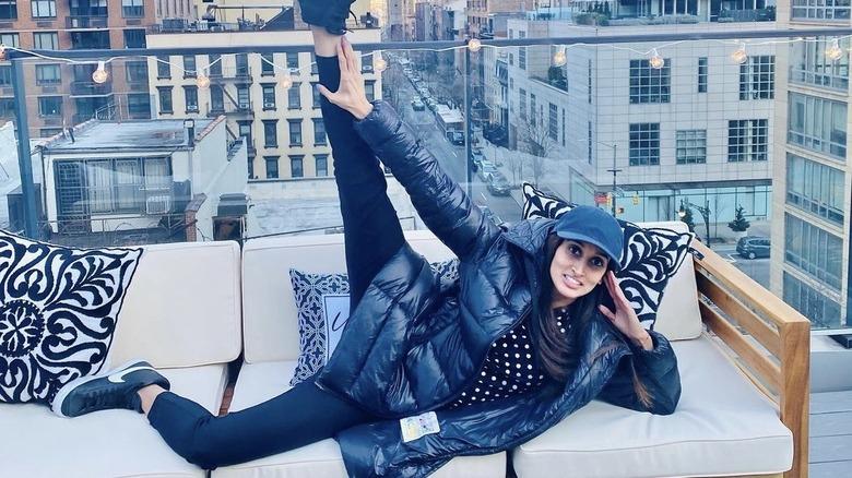 Anisha Ramakrishna, poserer på et tak i New York City