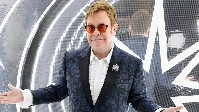 Elton John trekker på skuldrene
