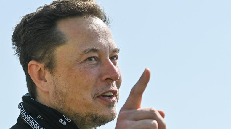 Elon Musk peker mens han snakker