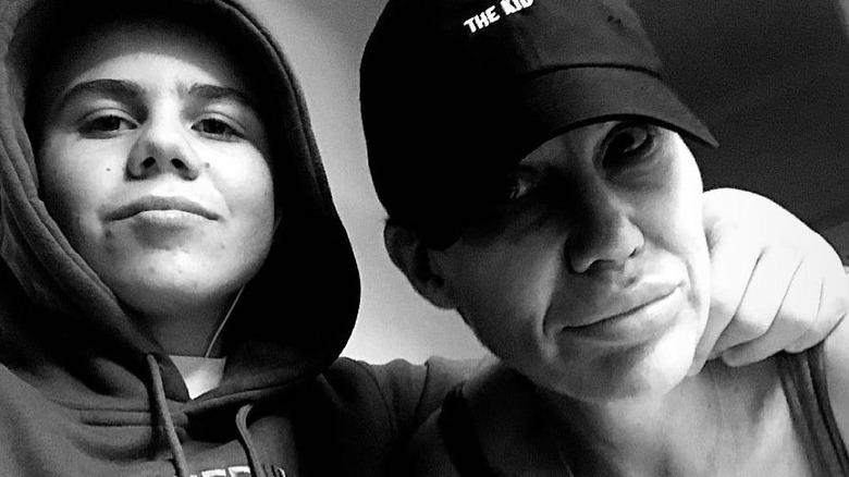 Kid Laroi poserer med mamma Sloane Howard