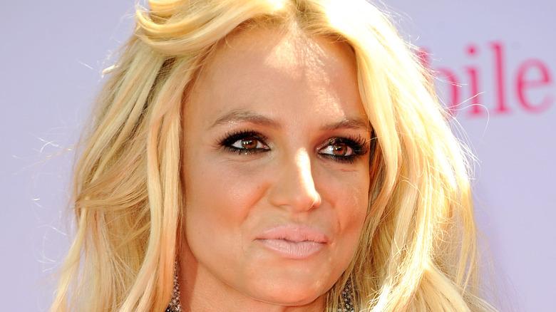 Britney Spears ser bort til siden