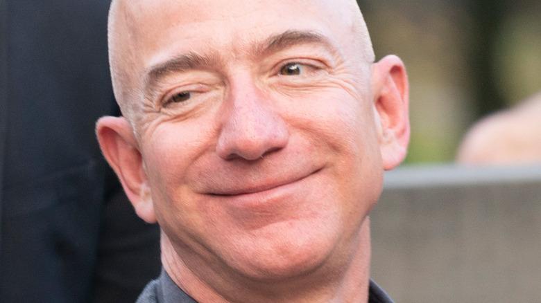 Jeff Bezos smilte