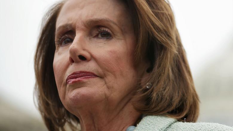 Nancy Pelosi i rosa dress