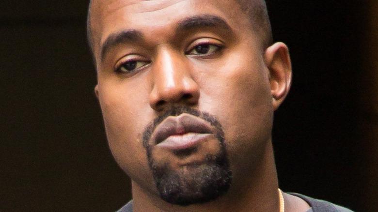 Kanye West blir sett ut av hotellet i 2016