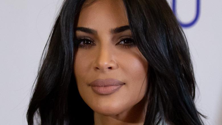Kim Kardashian smiler litt