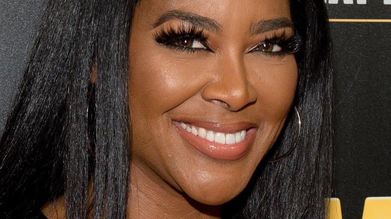 Kenya Moore smilende