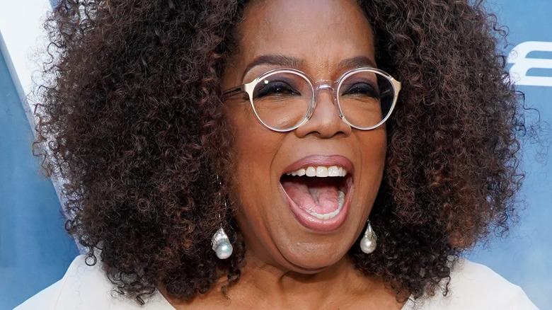 Oprah smiler stort