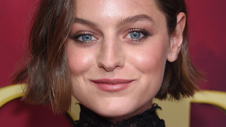 Emma Corrin smiler til kameraet