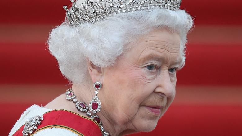 Dronning Elizabeth ankommer statsbanketten