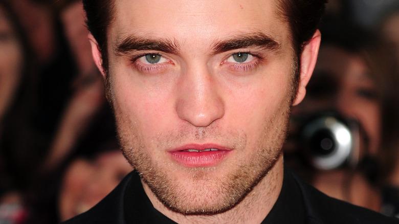 Robert Pattinson med et alvorlig uttrykk
