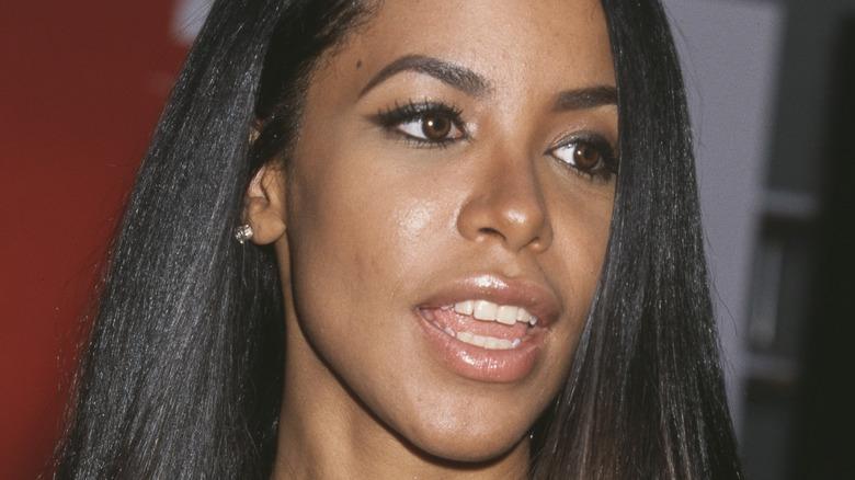 Aaliyah smilende på en rød løperbegivenhet